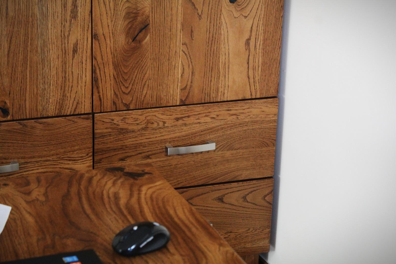 Uzupełnienie całości dębową szafą #2
