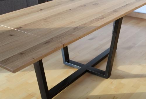Stół na czarnych metalowych płozach