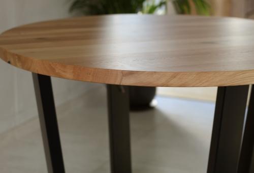 Industrialny stół z dębowym okrągłym blatem