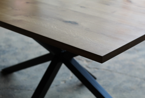 Stół na na masywnej nodze