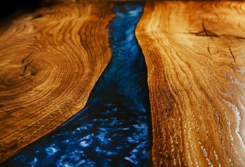 Dębowy stół rzeka