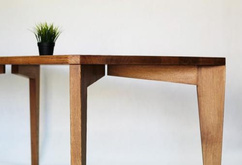 Nowoczesny stół z litego drewna