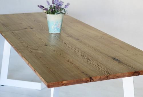 Stół na białej nodze
