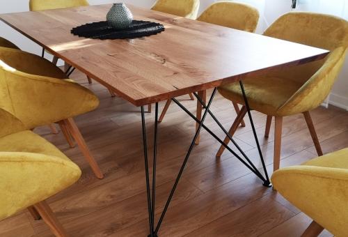 Dębowy stół z nogą w czarnym macie