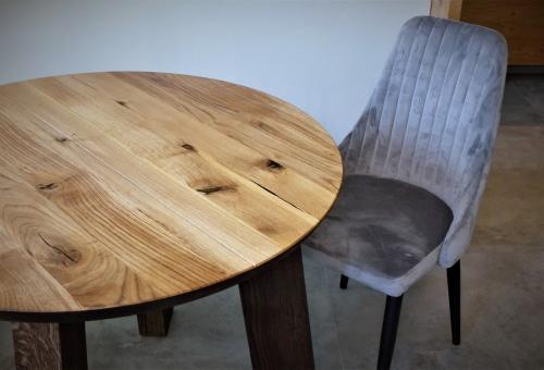 Okrągły stół dębowy z nogami z litego drewna
